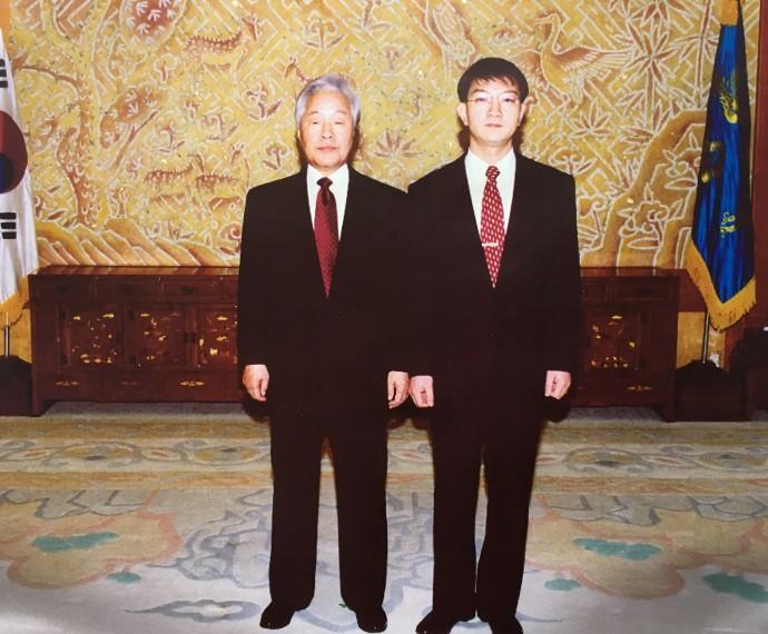 1997년 젊은 과학자상 1회 수상 후 청와대에 초청돼 김영삼 전 대통령과 찍은 사진. - 이상엽 제공